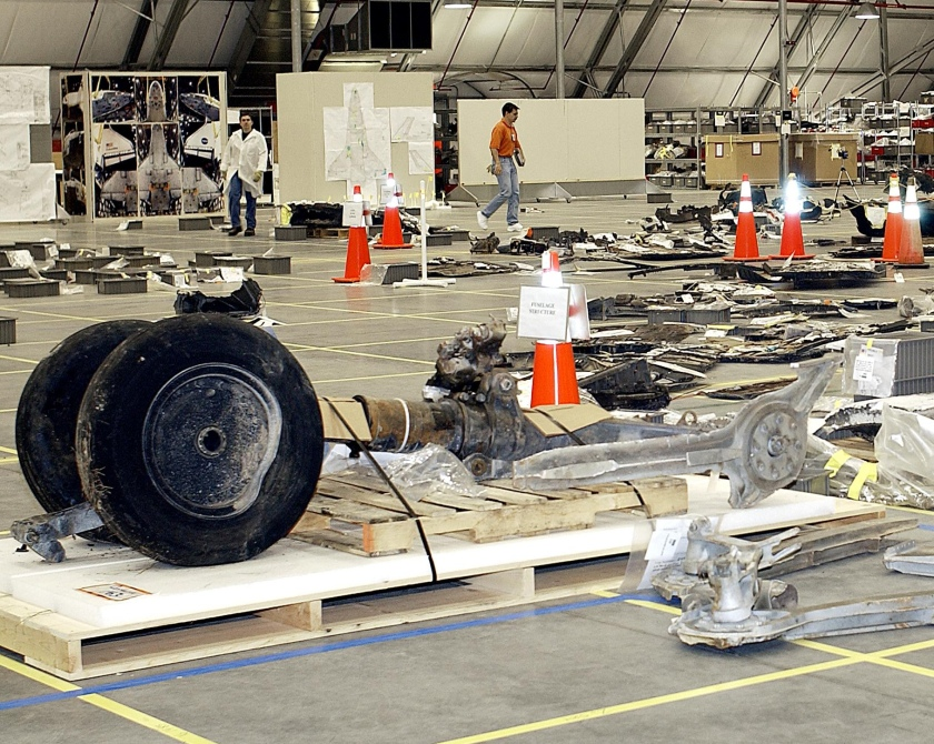 nose-gear-in-hangar-ksc-03pd-0612-03-07-2003