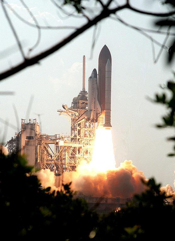 STS-105 launch ksc-01pp-1467